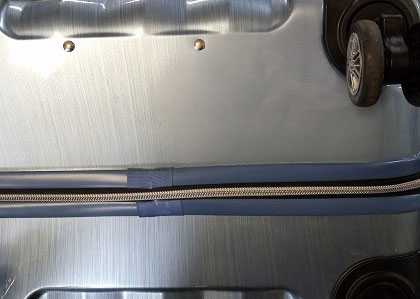 (siffler)シフレ / スーツケースの亀裂を修理した場所付近をグラデーション塗装