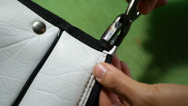 (Callaway)キャロウェイ / ゴルフバッグフードカバーのスライダーを交換後にストッパー金具を取付ける
