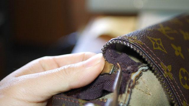(Louis Vuitton)ルイ・ヴィトン / ボストンバッグのファスナースライダー止め金具のツメを起こす