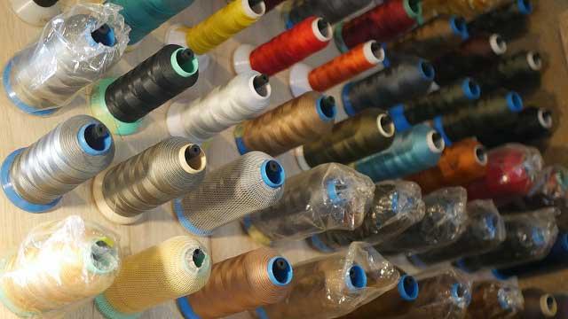 カバン修理の縫製で使用する糸たち