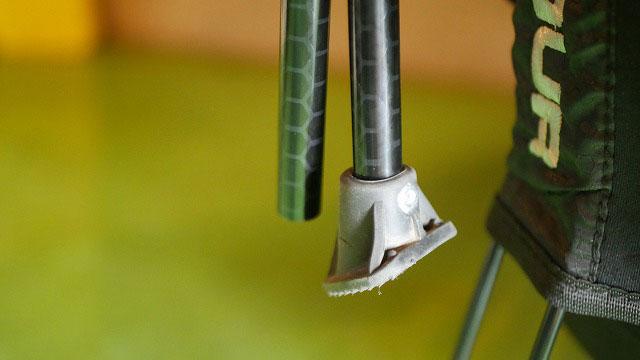 (UNDER ARMOUR)アンダーアーマー/スタンド式キャディバッグのゴム脚をリベットで固定する