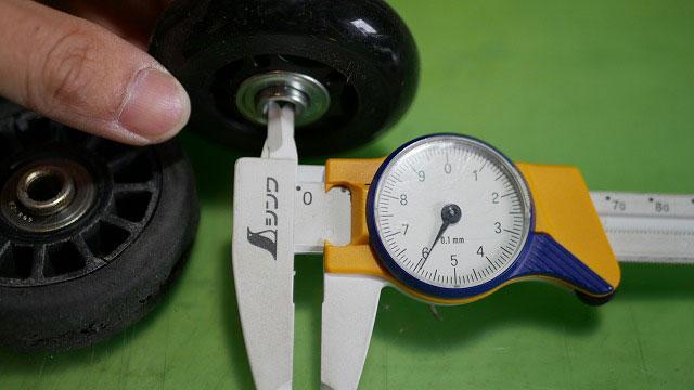 (TUMI)トゥミ/ビジネスキャリーバッグの車輪交換で使用する汎用ホイールのベアリング内径は約6mm