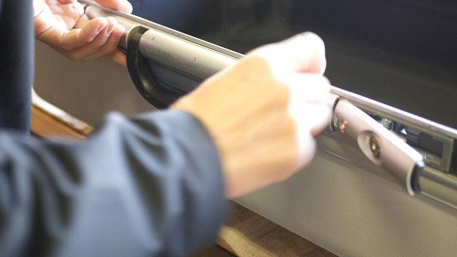 スーツケースのメインハンドル取付