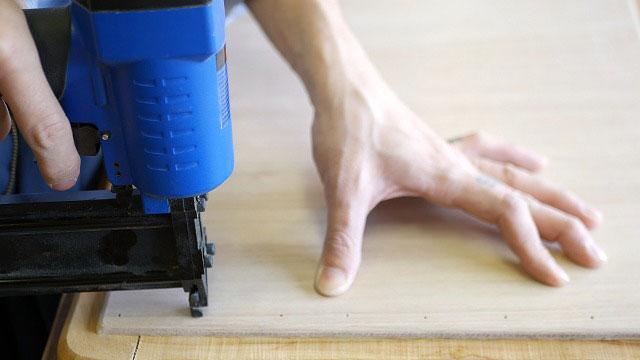 (Vintage chair)ヴィンテージダイニングチェアの座面芯材に新しい合板をネイルガンで打って固定する
