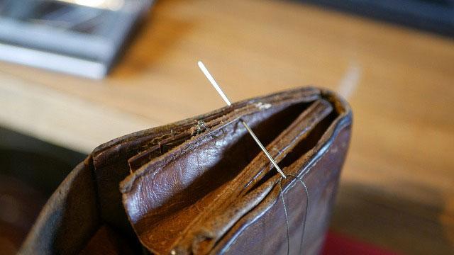 革財布の縫製ほつれを手縫いで再縫製