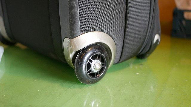 (TUMI)トゥミ/キャリーバッグのタイヤゴム割れを修理