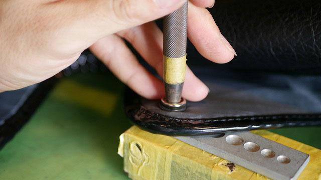 (adabat)アダバット/フードカバーに新しいホックを専用の打ち棒でカシメこむ