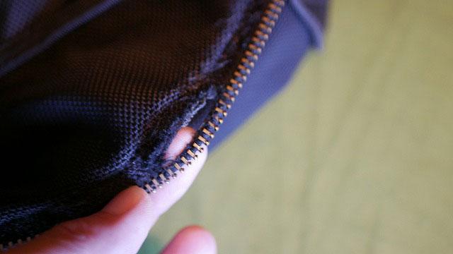 (PORTER)ポーター/バックパックのファスナー布部分の裂け