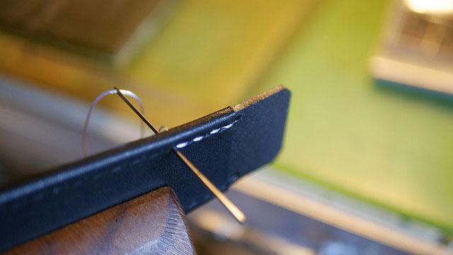 (BURBERRY)バーバリー/キャディバッグの穴あき補強板に革を巻いて縫製