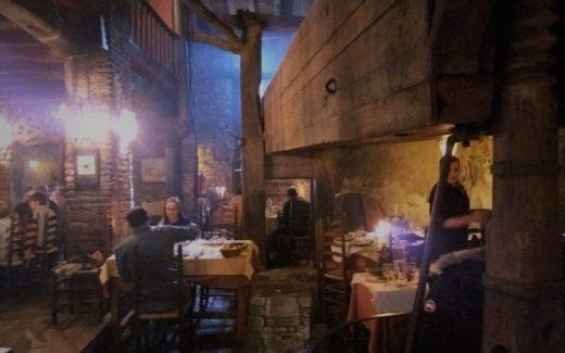 Calcots eten bij restaurant Cal Ganxo in Valls