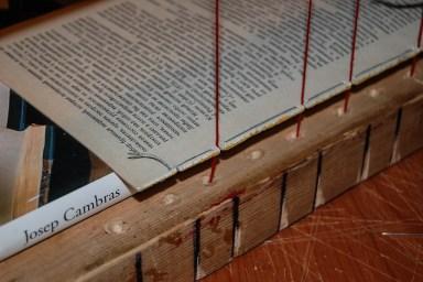 2014.10.17 - 03 - Шитьё книги на швальном станке с подкладкой - Dog Tooth Oversewing