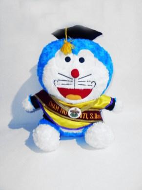 boneka wisuda doraemon 2