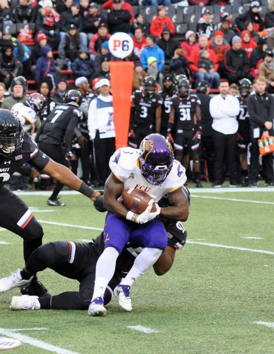 Anthony Scott makes a positive run and maintains the handle. (Photo by Al Myatt)