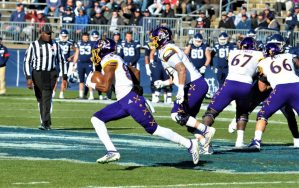 ECU freshman Jsi Hatfield hits stride on a run to the left on Saturday at UConn. (Photo by Al Myatt)
