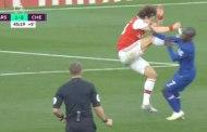 David Luiz thoát thẻ đỏ một cách thần kỳ