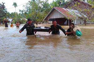 Personil TNI EVakuasi Korban Banjir Aceh Jaya