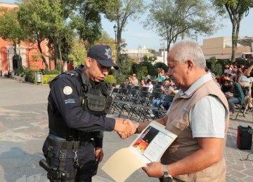 Reconocimiento a policías en el barrio de San Miguel