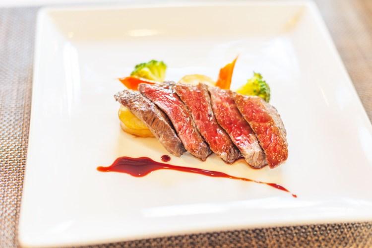 肉料理にかけた赤ワインベースのソース