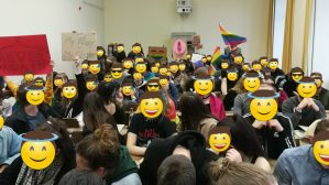 Hörsaal 8: ein Ort für Homophobie, Fundamentalismus und Frauenfeindlichkeit? – Studierende stellen sich queer