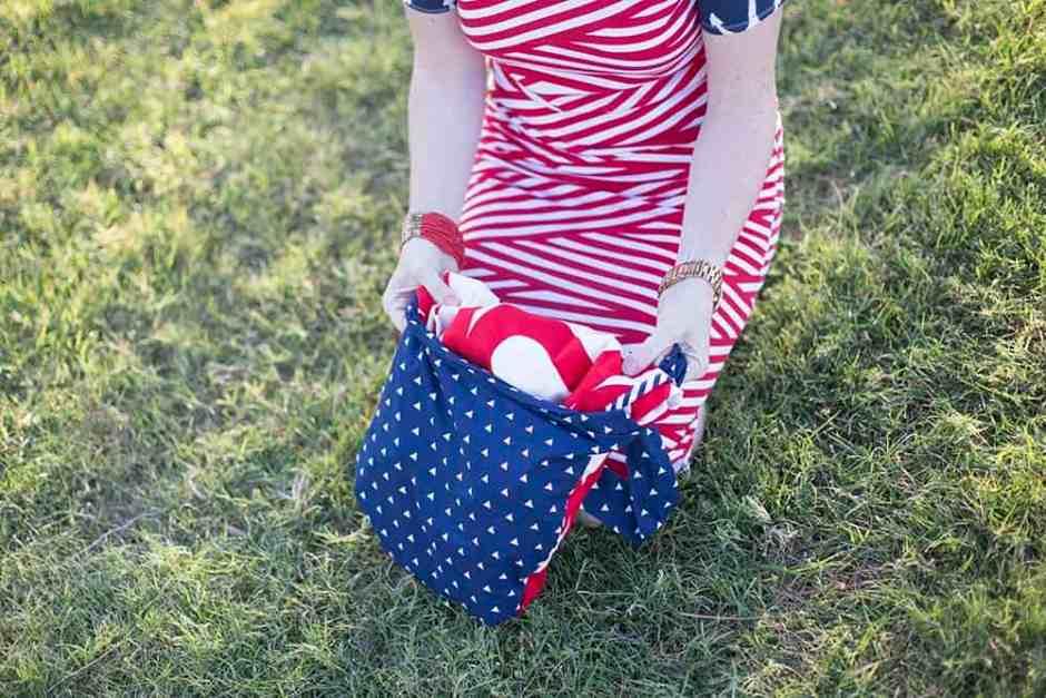 picnic_blanket_fold_into_tote