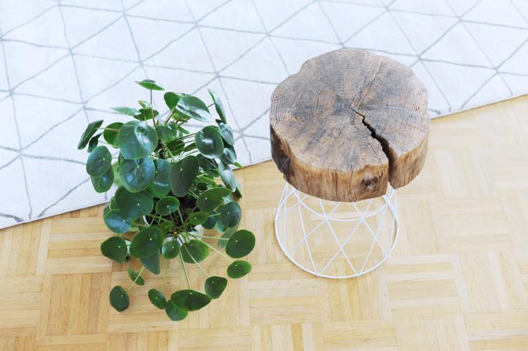 Aus Drahtkorb und Holzscheibe einen Beistelltisch bauen