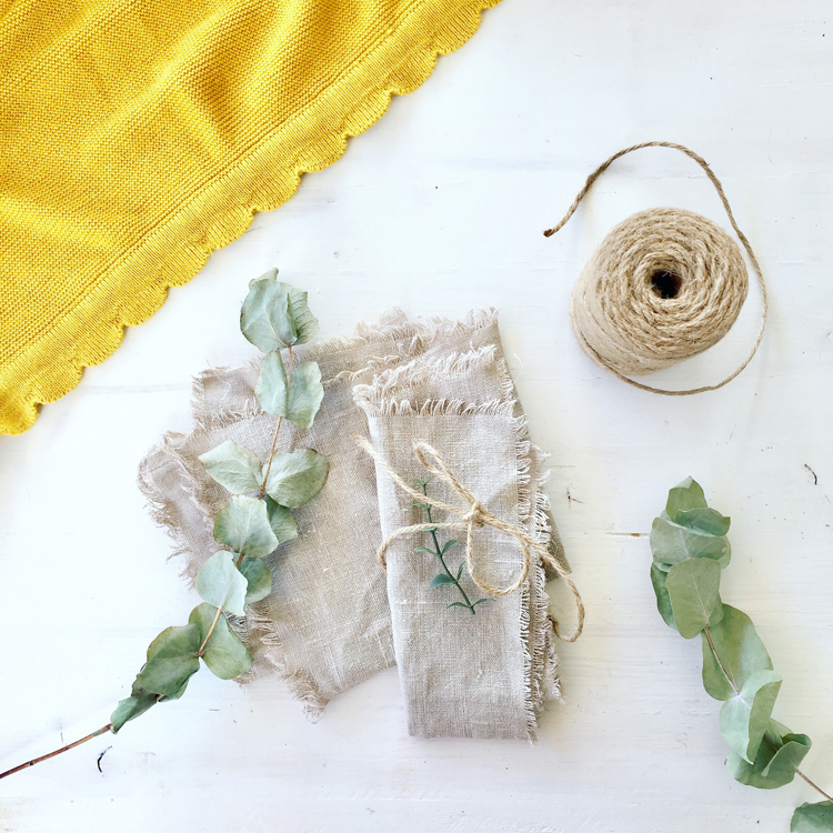 Leinenservietten selber machen - DIY aus Ikea-Stoff