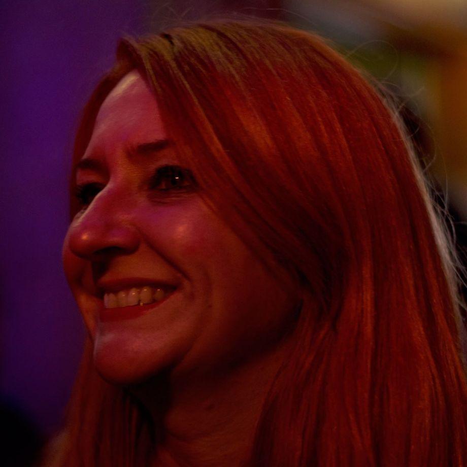 Marie Liminana dans la pénombre du bar