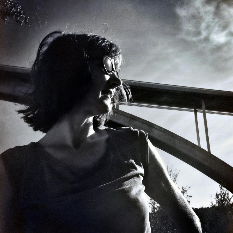 Céline Guichard sous le viaduc - Photo Alain François