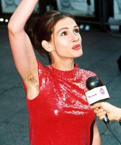 Julia Roberts, dont l'épilation des dessous de bras est relative ;)