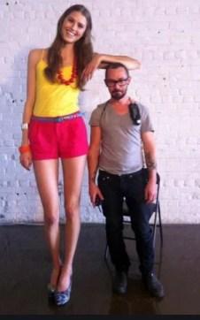 un petit homme et une fille grande, différence de taille ??
