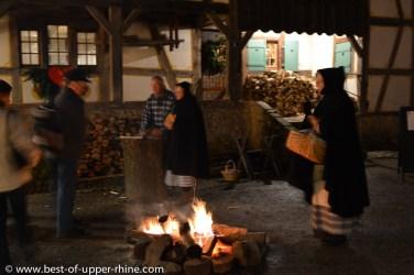 Un feu dans la cour pour se réchauffer.