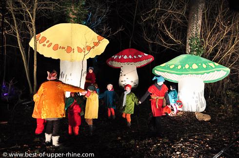 Les lutins vivent dans la forêt magique. Sentiers de Noël, Osthouse, Alsace.