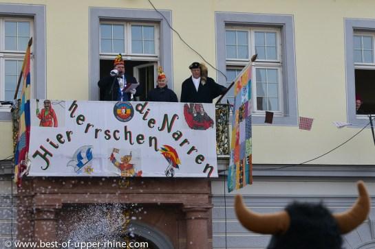 Ici les fous sont les maîtres. Balcon de l'Hôtel de Ville de Emmendingen, Allemagne.