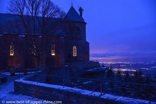 L'église du monastère du mont Ste-Odile veille sur la plaine d'Alsace dans la nuit hivernale