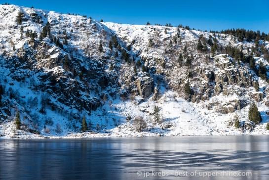 Le Lac Blanc surplombé par la ligne de crêtes