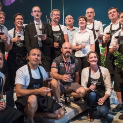 Petite photo de famille à l'issue de la dégustation : le sommelier Romain Iltis avec les vignerons qui ont produit les vins dégustés.