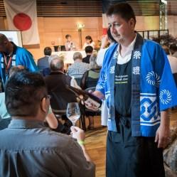 Pierre Gassmann sert le saké à un producteur japonais