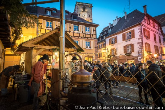 L'alambic distille doucement de la quetsche d'Alsace.