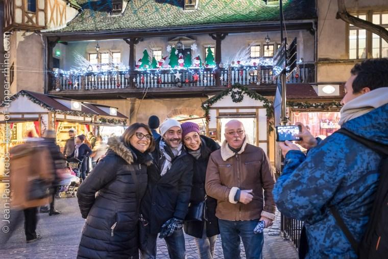 Touristes italiens en visite à Colmar au temps de Noël.