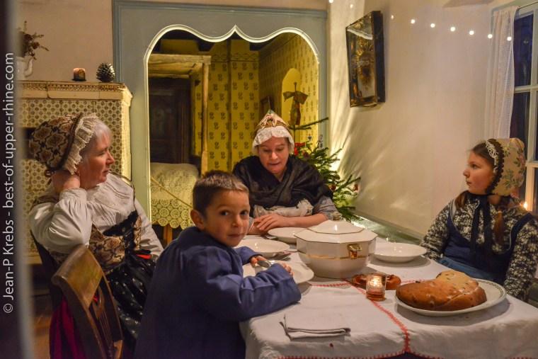 A l'heure de la soupe en famille à l'écomusée d'Alsace.