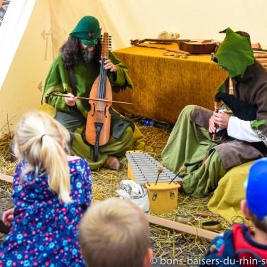 Musique elfique dans le haut jardin du Haut-Koenigsbourg devant un public de passionnés