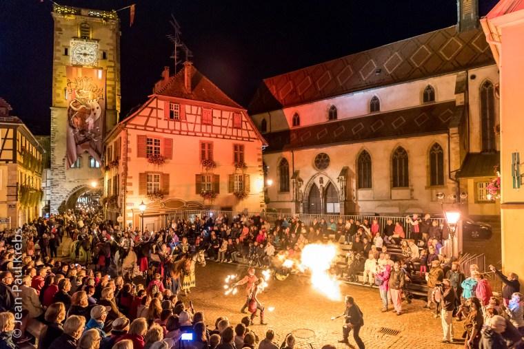 Pfifferdaj de Ribeauvillé: au cours d'un défilé nocturne, cracheurs de feu et ménétriers montrent leur art au sire de Ribeaupierre.