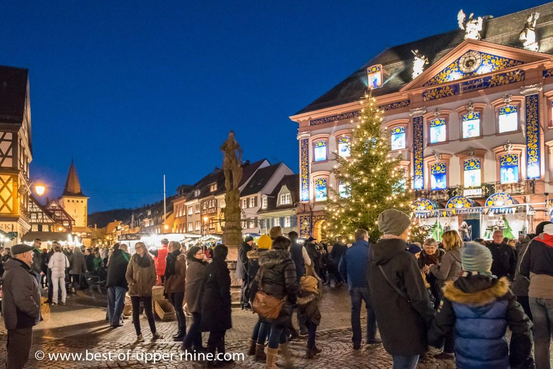 Marché de Noël (Adventsmarkt) à Gengenbach en Allemagne. En arrière-plan, l'hôtel de ville transformé en calendrier de l'Avent géant.