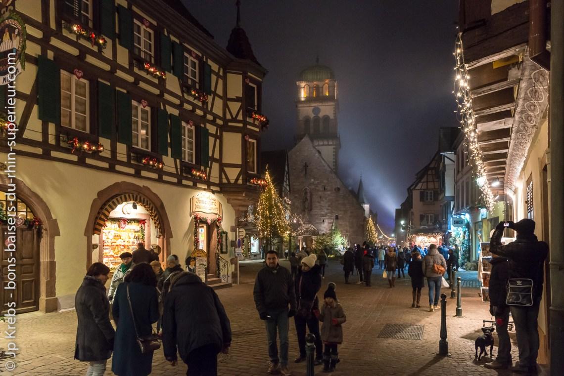Kaysersberg, un soir de week-end en décembre. Kaysersberg, à quelques kilomètres de Colmar et de Riquewihr, propose tous les ans un superbe marché de Noël.