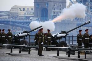 gun-salute-londres-tower-bridge