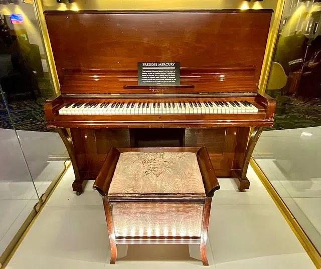 freddy-mercury-piano