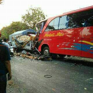 bus vs Truk diKediri