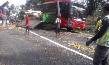 tabrkan bus vs truk jeruk di tuban