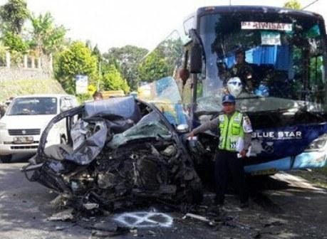 Avanza-Ringsek-Tak-Berbentuk-Pasca-Adu-Bagong-vs-Bus-di-Puncak-Bogor