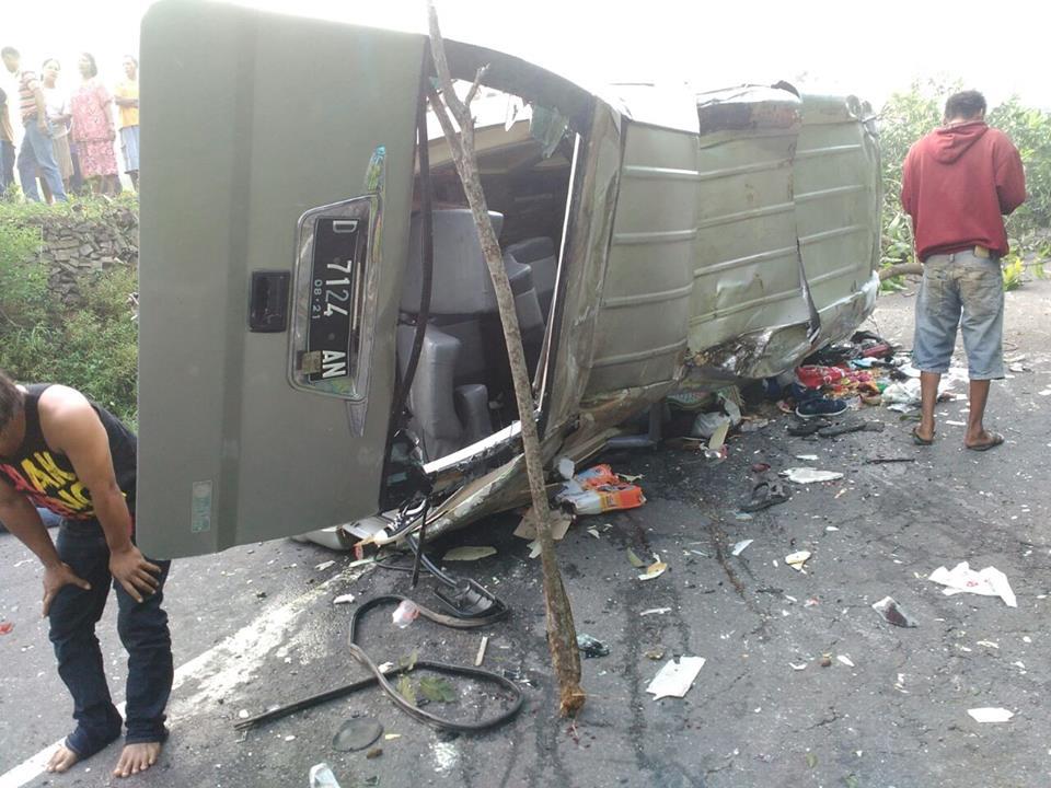 Kecelakaan-Rombongan-Travel-Kudus-hendak-ke-Pantai-Indrayanti